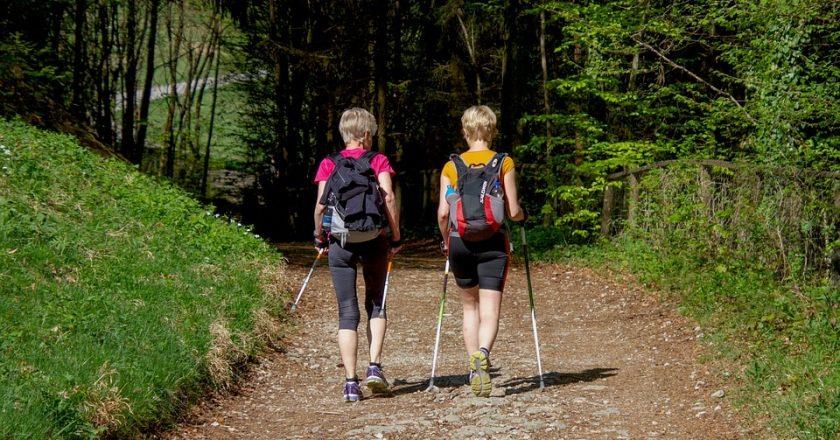 Vaikščiojimas šiaurietiškomis lazdomis – kaip teisingai tai daryti?